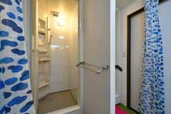 シャワールームの様子。脱衣スペースはカーテンで仕切られます。(2017-07-24,共用部,BATH,2F)