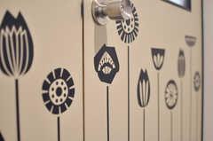 リビングのドアには花が咲いています。(2012-08-29,共用部,OTHER,1F)