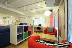 カフェ風の席もあります。(2012-10-08,共用部,LIVINGROOM,1F)