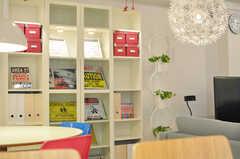 ディスプレイ用の棚には、ポスターアートや漫画が置かれています。(2012-10-08,共用部,LIVINGROOM,1F)