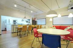 ダイニングテーブルの奥に、キッチンがあります。(2012-10-08,共用部,LIVINGROOM,1F)