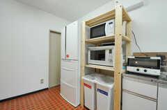 シンクの対面に、キッチン家電が置かれています。(2012-10-08,共用部,KITCHEN,1F)