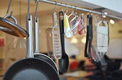シンク上に渡されたポールに、キッチンアイテムが吊るされています。(2012-10-08,共用部,KITCHEN,1F)