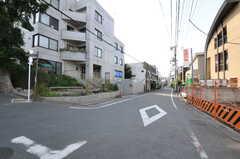 京王井の頭線・三鷹台駅からシェアハウスへ向かう道の様子2。(2012-08-29,共用部,ENVIRONMENT,1F)