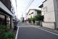 京王井の頭線・三鷹台駅からシェアハウスへ向かう道の様子。(2012-08-29,共用部,ENVIRONMENT,1F)