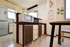 収納棚の様子。電子レンジ、トースター、炊飯器、電気ケトルが設置されています。(2019-04-04,共用部,KITCHEN,3F)