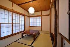 サンルーム脇の和室。要望があれば101号室として貸し出すことも検討中とのこと。(2015-12-03,共用部,LIVINGROOM,1F)