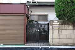 シェアハウスの門扉。(2013-11-26,共用部,OUTLOOK,1F)