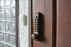 玄関の鍵はナンバー式のオートロックです。(2013-11-26,周辺環境,ENTRANCE,1F)