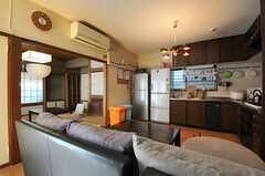 リビングの様子2。奥に畳のスペースがあります。(2013-11-26,共用部,LIVINGROOM,1F)