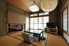 畳スペースの様子3。スクリーンでリビングとゾーニングができます。(2013-11-26,共用部,LIVINGROOM,1F)