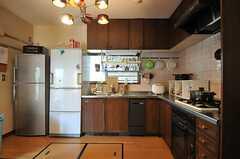 キッチンの様子2。冷蔵庫は2台あります。(2013-11-26,共用部,KITCHEN,1F)