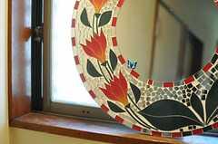 モザイクタイルの鏡が置かれています。(2013-11-26,共用部,OTHER,2F)