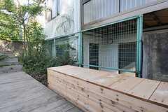 手作りのベンチ。ベンチ下はゴミ置き場になっています。(2011-10-27,共用部,OTHER,1F)