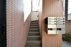 階段の様子。階段の隣に郵便受けと宅配ボックスが設置されています。(2018-02-16,共用部,OTHER,1F)