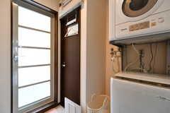 脱衣室の様子。洗濯機と乾燥機、洗面台が設置されています。(2018-02-16,共用部,BATH,2F)