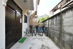 玄関へのアプローチ。奥は自転車置き場です。(2017-09-15,共用部,GARAGE,1F)