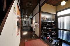 廊下の様子。突き当り角の先にリビングがあります。(2013-12-24,共用部,OTHER,1F)