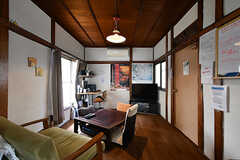 リビングの様子。レトロ風のソファが雰囲気に馴染んでいます。(2017-09-15,共用部,LIVINGROOM,1F)