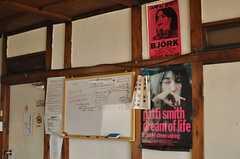 ソファ前に設置されたホワイトボード。ビョークとパティ・スミスも居ます。(2013-12-24,共用部,LIVINGROOM,1F)