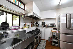 リビング側から見たキッチンの様子。(2017-09-15,共用部,KITCHEN,1F)