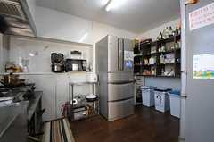 キッチンの様子2。冷蔵庫が2台置かれています。(2013-12-24,共用部,KITCHEN,1F)