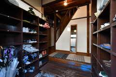 玄関から見た内部の様子。両側に靴箱が設置されています。(2020-08-28,周辺環境,ENTRANCE,1F)