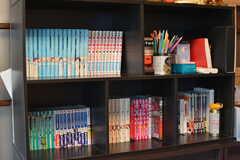 本棚のラインナップはマンガが多め。(2020-08-28,共用部,LIVINGROOM,1F)
