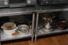 鍋やフライパンはコンロ下に収納されています。(2020-08-28,共用部,KITCHEN,1F)
