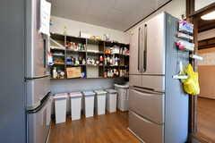 キッチンの様子3。部屋ごとに使える収納ボックスが用意されています。(2020-08-28,共用部,KITCHEN,1F)