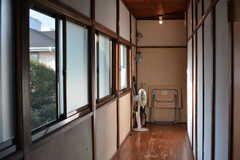 廊下の様子2。窓が多く、明るいです。(2020-08-28,共用部,OTHER,2F)