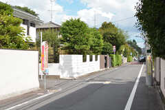 周辺は穏やかな住宅街。徒歩1分ほどの場所に吉祥寺駅を通る循環バスのバス停があります。(2020-08-28,共用部,ENVIRONMENT,1F)