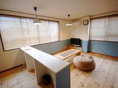 キッチン側からみたシェアハウスのラウンジ。(2008-03-17,共用部,LIVINGROOM,2F)