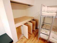 ドミトリーの様子3。棚の扉上部は開ける時に指を掛けやすいように削ってある。(201号室)(2008-03-17,共用部,OTHER,2F)