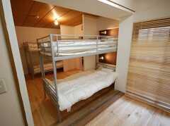ドミトリーの様子7。ベッドの頭部付近には光と音を遮るボードが。(201号室)(2008-03-17,専有部,ROOM,2F)