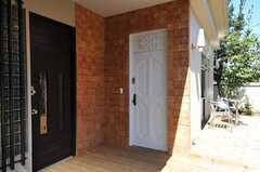 シェアハウスの正面玄関。(2011-03-18,周辺環境,ENTRANCE,1F)
