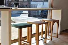 日差しに照らされ、心地よさそうな椅子たち。(2011-02-23,共用部,OTHER,1F)