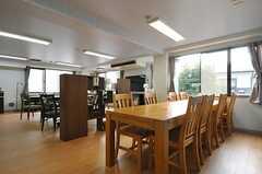 ラウンジの様子。スペースは2つにゾーニングされています。(2013-12-17,共用部,LIVINGROOM,2F)