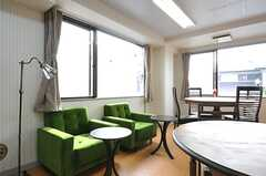 一人がけのソファは2つ用意されています。(2013-12-17,共用部,LIVINGROOM,2F)
