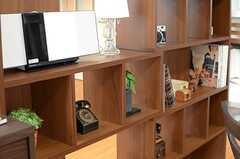 飾り棚にはいろいろなアイテムが置かれています。(2013-12-17,共用部,LIVINGROOM,2F)