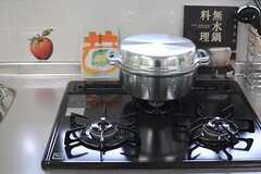 ガスコンロの様子。無水鍋が用意されています。(2013-12-17,共用部,KITCHEN,2F)
