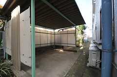 自転車置き場は建物の裏手に位置しています。(2013-12-17,共用部,GARAGE,1F)