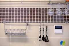 タイル張りの壁にはワイングラスやキッチンアイテムが掛けられています。(2014-09-10,共用部,KITCHEN,3F)