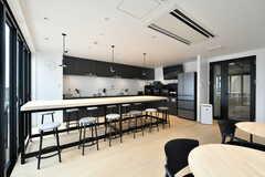 ラウンジの様子2。キッチンが併設されています。(2021-03-25,共用部,LIVINGROOM,4F)