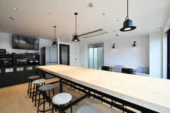 ラウンジの様子5。大きなカウンターテーブルです。(2021-03-25,共用部,LIVINGROOM,4F)