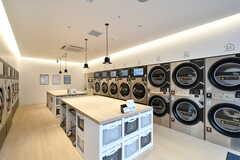 コインランドリーの様子2。洗濯乾燥機・乾燥機・靴用洗濯乾燥機の3種類が設置されています。(2021-03-25,共用部,LAUNDRY,1F)