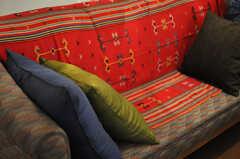 クッションも色とりどり。(2013-03-19,共用部,LIVINGROOM,4F)