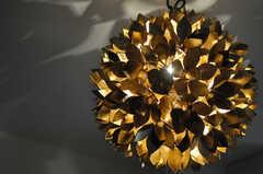 リビングの照明の様子。真鍮製かと思われます。(2013-03-19,共用部,LIVINGROOM,4F)