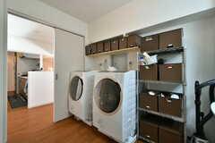 ドラム式洗濯乾燥機が2台ならんでいます。(2020-01-29,共用部,LAUNDRY,4F)