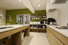 キッチン脇の壁にはキッチン家電や食器が並びます。(2014-10-15,共用部,KITCHEN,1F)
